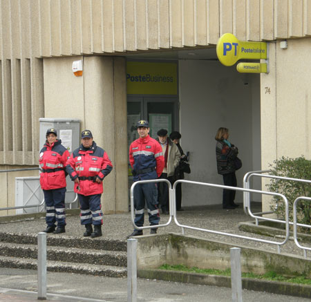 carabinieri in congedo davanti agli uffici postali di Collegno