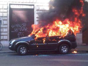AUTO-incendiata-corteo